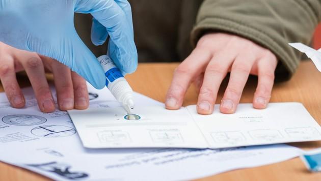 Ein Schulkind bei einem Antigenschnell-Test (Bild: APA/GEORG HOCHMUTH)