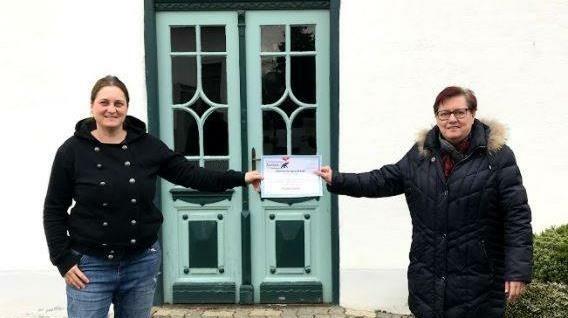 Trixi Gross mit Christine Haubenwallner bei der Scheckübergabe. (Bild: OEM)