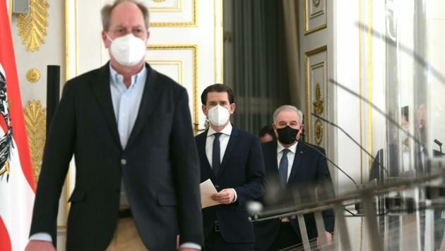 Der Vizerektor der MedUni Wien, Oswald Wagner (l.), ist vom Einsatz der FFP2-Masken in Österreich voll überzeugt. (Bild: APA/HELMUT FOHRINGER)