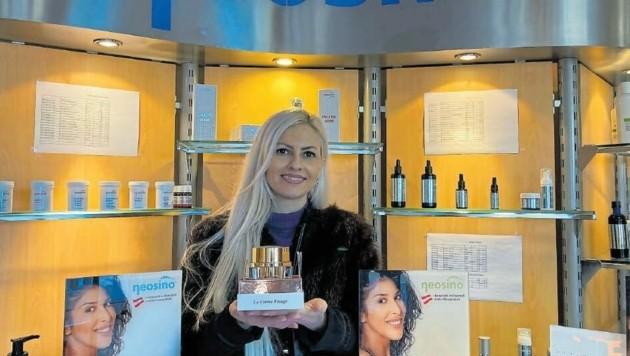 Viele Damen greifen auf die verschiedenen Kosmetikartikel von Neosino zurück, in den großen Parfümerieläden Österreichs werden sie angeboten. Auch Corina verwendet sie. Der Betrieb in Friesach vertreibt auch FFP2-Masken. (Bild: Tragner Christian)