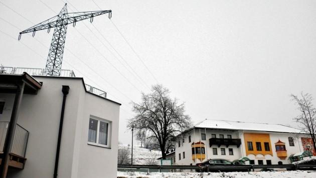 Die 110kV-Leitung verläuft in Kramsach derzeit noch direkt über der Volksschule. (Bild: ROFAN-KURIER)