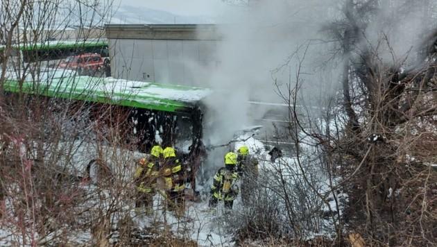 In Mattersburg musste am Dienstag ein Brand in einem Linienbus gelöscht werden. (Bild: Schulter Christian)