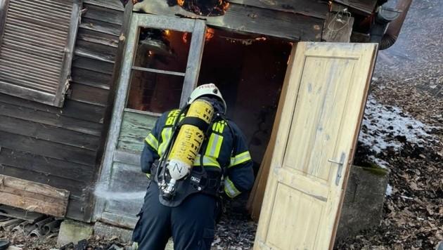 n Bernstein ging eine Gartenhütte aus Holz in Flammen auf. (Bild: Schulter Christian)