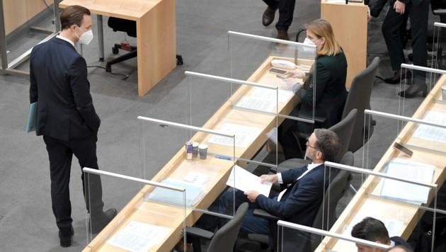FPÖ-Klubobmann Herbert Kickl (rechts) kündigte einen Misstrauensantrag gegen Finanzminister Gernot Blümel (ÖVP) an. (Bild: APA/ROLAND SCHLAGER)