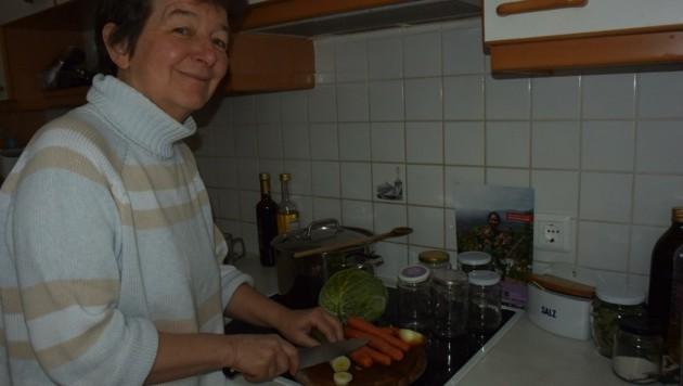 Auch Anita Löffler, Referentin der Aktion Familienfasttag in der Diözese Innsbruck, hat bei sich zu Hause Fastensuppe gekocht. (Bild: Löffler)