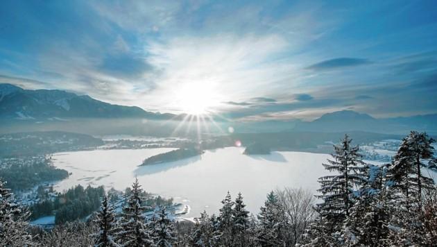 Der Blick von der Taborhöhe auf den Faaker See mit seiner Insel und auf die Karawanken (Bild: Tourismusregion Villach)