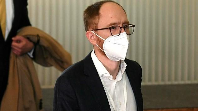Der ehemalige LiF-Politiker Alexander Zach am Weg zu seiner Befragung (Bild: APA/HELMUT FOHRINGER)