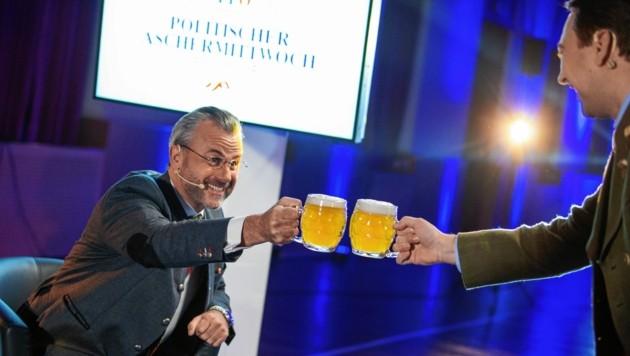 Hofer und Haimbuchner beim politische Aschermittwoch-Plausch, der im Netz zu sehen war. (Bild: Peter Christian Mayr)