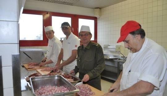 In den regionalen Küchen der Kasernen in Niederösterreich soll wieder vor Ort in den großen Töpfen gerührt werden. (Bild: Bundesheer)