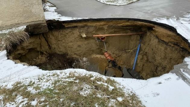 An mehreren Stellen stürzten Teile der Straße in die Tiefe, dadurch riss auch eine Gasleitung (Bild: Freiwillige Feuerwehr Palterndorf)