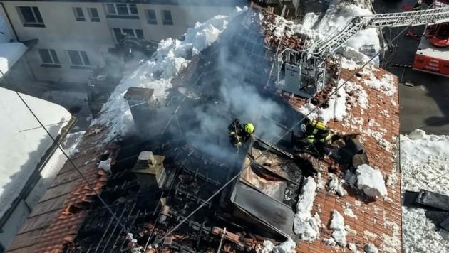 In Dellach im Drautal ist ein Dachstuhl in Flammen aufgegangen. (Bild: FF Dellach/Drau)