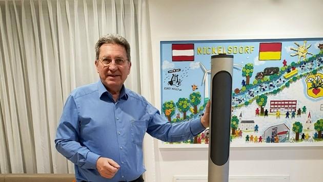 Die LumeeLamp wurde im Burgenland entwickelt. Bgm. Zapfl ist von ihrer Wirksamkeit überzeugt. Sie soll in der Gemeinde und der Volksschule vor Viren schützen und den Umgang miteinander sicherer machen. (Bild: Gemeinde Nickelsdorf)