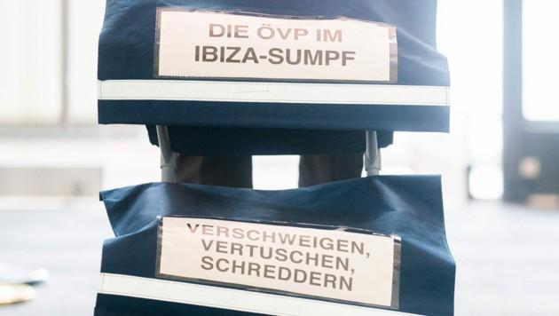 Ein Aktentrolley im Rahmen des Ibiza-U-Ausschusses im Camineum der Nationalbibliothek in Wien (Bild: APA/GEORG HOCHMUTH)