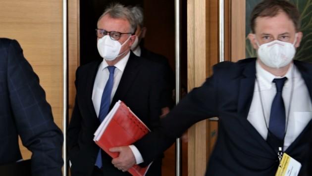 """""""Action"""" nach dem U-Ausschuss: SPÖ-Landesgeschäftsführer Roland Fürst hielt Niessl demonstrativ die Türe auf. (Bild: Grammer Karl)"""