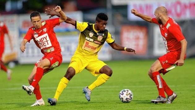 Kapfenbergs Paul Mensah (M.) kreuzt heute im Derby die Klingen mit den GAK-Spielern Nutz (l.) und Kozissnik (r.) (Bild: GEPA pictures)