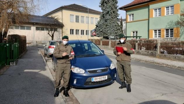 Die Soldaten Peter Wedenik und Gernot Fleiss kontrollieren in Villach für den Magistrat. (Bild: Bundesheer/Gernot Fleiss)