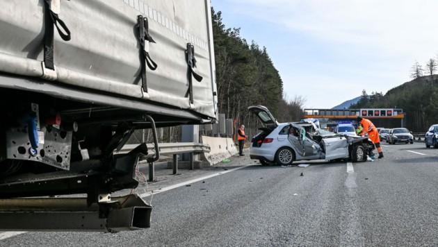 Das Auto wurde bei dem Unfall regelrecht aufgerissen. (Bild: zeitungsfoto.at/Liebl Daniel)
