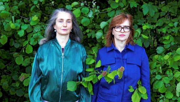 Inmitten der Gegend: Maria Gstättner (li.) und Angelika Reitzer, fotografiert von Ditz Fejer. (Bild: Ditz Fejer)