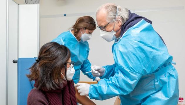Hausärzte impfen Hochrisikopatienten (Bild: Ärztekammer/Harry Schiffer)
