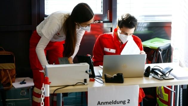 Im Kongress in St. Johann wurde am Samstag die erste Impfstraße in den Bezirken eröffnet. (Bild: Gerhard Schiel)