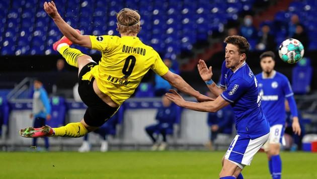 Diese Kung-Fu-Einlage von Erling Haaland führte zu Dortmund 2:0 in Derby gegen Schalke. (Bild: EPA)