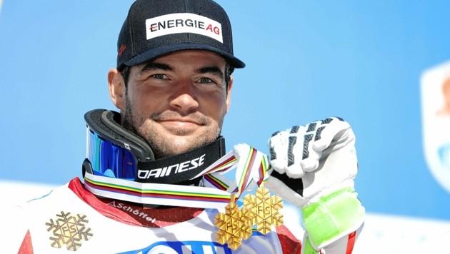 Weltmeister Vincent Kriechmayr mit seinen Goldmedaillen (Bild: Christof Birbaumer)