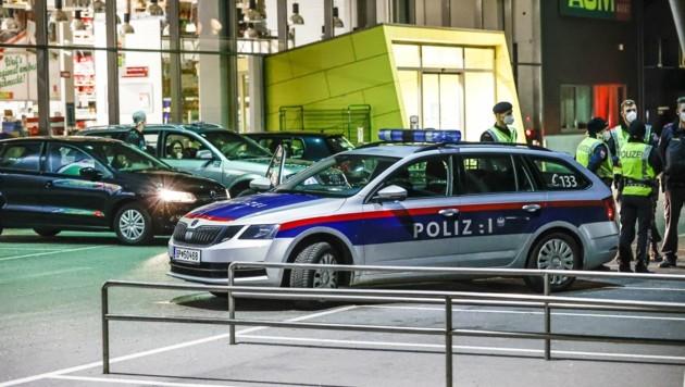 Die Polizei war bereits vor Ort, als die ersten Autos eintrafen (Bild: Tschepp Markus)