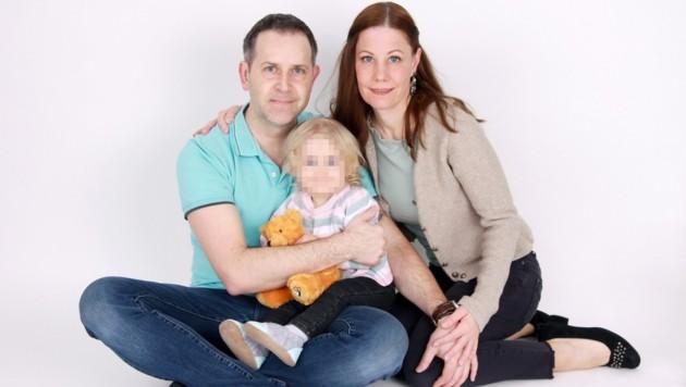 Grenzüberschreitende Liebe zwischen Tirol und Bayern: Daniela und Florian Szeredy mit ihrer kleinen Tochter Johanna (Bild: zVg, krone.at)