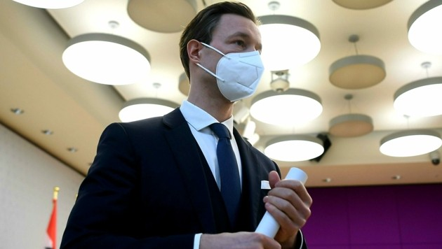Finanzminister Gernot Blümel (ÖVP) steht derzeit unter Dauerbeschuss. (Bild: APA/HELMUT FOHRINGER)