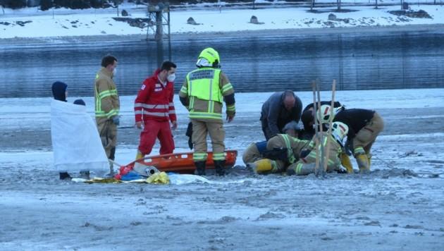 Mit Leitern gelang es der Feuerwehr und der Rettung, die 67-Jährige aus ihrem Schlamassel zu befreien. (Bild: ZOOM.TIROL)
