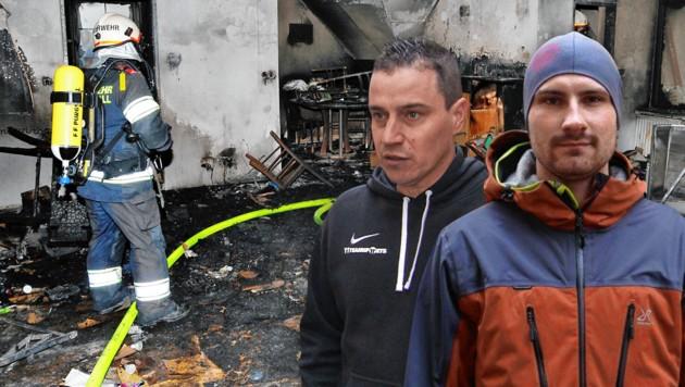 Feuerwehrmann Patrick Bruckner (rechts) und der couragierte Nachbar Elvir Sisic (2. von rechts) avancierten inmitten der Feuersbrunst zu Helden. (Bild: tvthek.orf.at, Einsatzdoku.at, Franz Crepaz; Krone KREATIV)