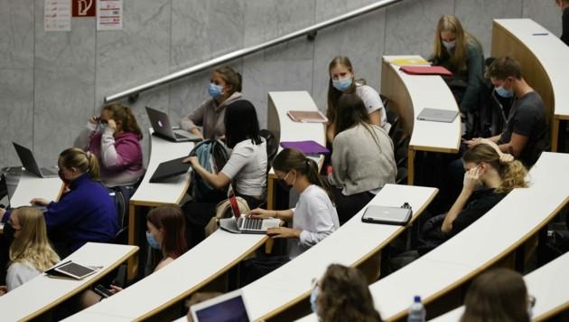 Der Plan, mehrere Fachbereiche zusammenzulegen, kam bei einigen Studenten nicht gut an (Bild: Tschepp Markus)