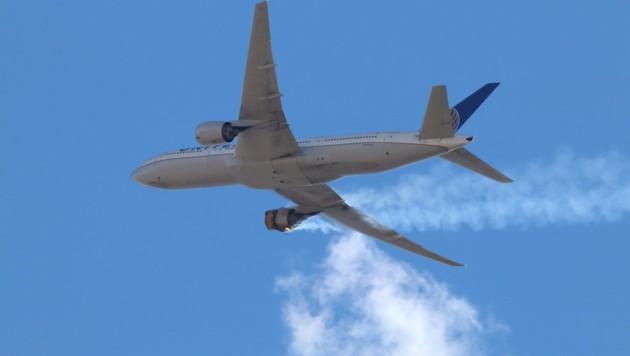 Mit brennendem Triebwerk musste das Flugzeug notlanden. (Bild: AP)