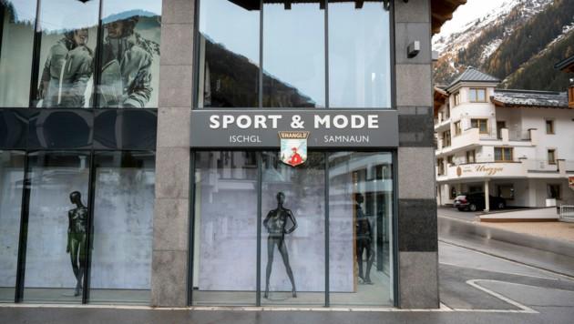 """Die leeren Schaufenster eines Sportgeschäfts in Ischgl. Die Sporthändler sprechen für die heurige Saison von einem """"Fast-Totalausfall"""". (Bild: AFP)"""
