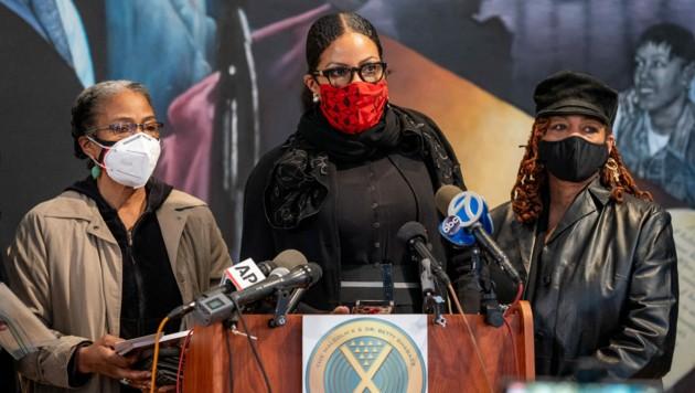 Malcolm X Töchter Qubiliah Shabazz, Ilyasah Shabazz und Gamilah Shabazzforderten in einer Pressekonferenz Ermittlungen zu den neu aufgetauchten Beweisen. (Bild: 2021 Getty Images)
