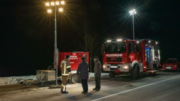 Mit Geräten aus dem Feuerwehr-Katastrophenschutz wird auch die Kontrollstelle bei Kössen ausgeleuchtet. (Bild: LFV/Wegscheider)