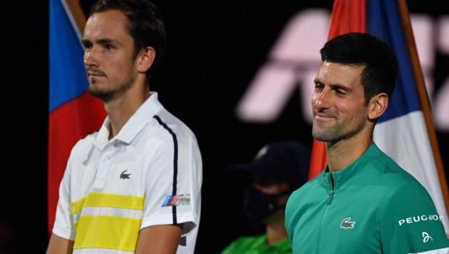 Daniil Medwedew neben Sieger Novak Djokovic bei der Schlusszeremonie. (Bild: AFP or licensors)