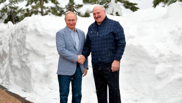 Der Russische Präsident Vladimir Putin, stärkt seinem Weißrussischen Amtskollegen Alexander Lukaschenko den Rücken. (Bild: AP/Sputnik/Kremlin Pool Pool/Alexei Druzhinin)