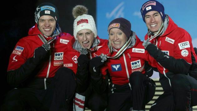 Philipp Aschenwald, Eva Pinkelnig, Daniela Iraschko-Stolz und Stefan Kraft am 2. März 2019 bei der Siegerehrung zum Mixed-Team-Bewerb im Skisprung bei der Nordischen Weltmeisterschaften in Seefeld (Bild: APA/GEORG HOCHMUTH)