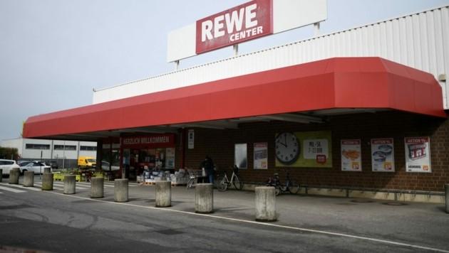 Die Filiale eines Rewe-Supermarkts in Deutschland. In Österreich gehören Billa, Merkur, Bipa, Penny und Adeg zu Rewe. (Bild: AFP)