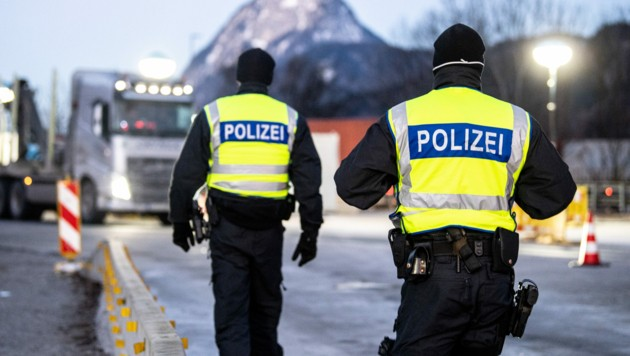 Deutsche Polizei an der Grenze zu Tirol (Bild: APA/dpa/Matthias Balk)