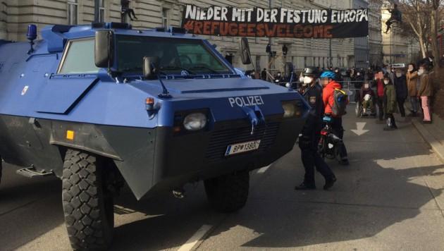 Die Polizei war u.a. mit einem Panzerfahrzeug vor Ort. (Bild: bleiberechtfueralle.com)