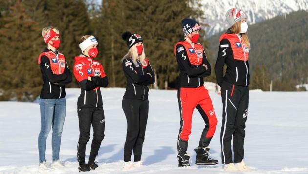 Aus 5 wird 4: Chiara Hölzl (in der Mitte) ist beim Normalschanzen-Bewerb zum Zuschauen verdammt. (Bild: GEPA pictures)