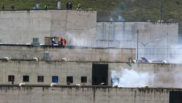 Die Einsatzkräfte setzten Tränengas ein, um die Situation wieder unter Kontrolle zu bekommen. (Bild: AP/Marcelo Suquilanda)