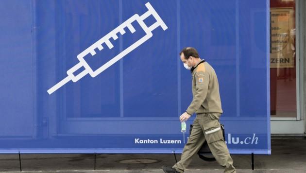 In der Schweiz wird bereits fleißig geimpft. (Bild: APA/KEYSTONE/ENNIO LEANZA)