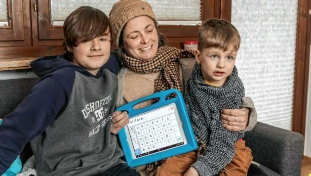 Mama Sabine mit Niclas (re.) und seinem Bruder Julian. (Bild: www.felsch-foto.at)