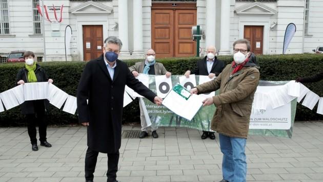 Unterschriften zum Waldschutz: Kogler (li.), Wannenmacher (Bild: Regina Aigner, BKA)