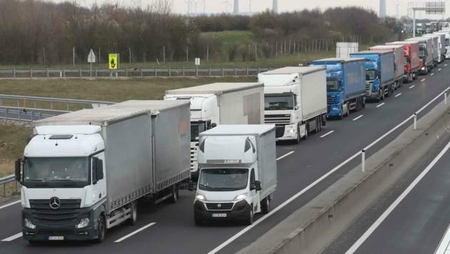 Die Lkw-Kolonnen in NÖ wurden in der Krise kaum kürzer (Bild: Judt Reinhard)