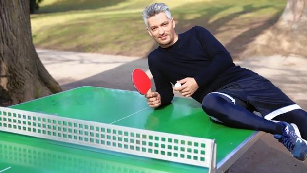 """Faris Rahoma beim Tischtennis im Wiener Türkenschanzpark - morgen treibt er als Friseur Raoul wieder sein Spiel mit den """"Vorstadtweibern"""" (20.15 Uhr, ORF 1) (Bild: Zwefo)"""