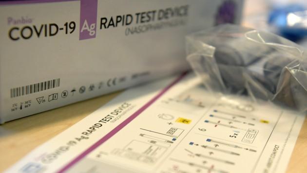 Ein Testkit mit Covid-19-Schnelltests (Bild: APA/Roland Schlager)